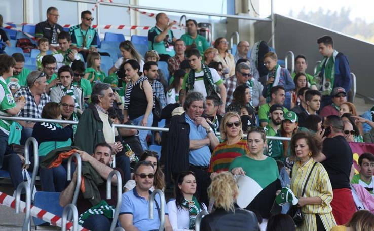 La afición del Racing acompaña al equipo en la 'final' de Zubieta