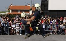 Los bomberos de Santander celebran una jornada de puertas abiertas, con exhibiciones ante cientos de vecinos