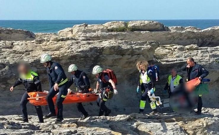 Rescatan dos alemanes heridos tras caer en una zona de rocas de Cabo Menor