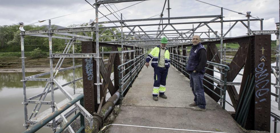 Arranca la recuperación del puente de hierro sobre la Ría de Solía