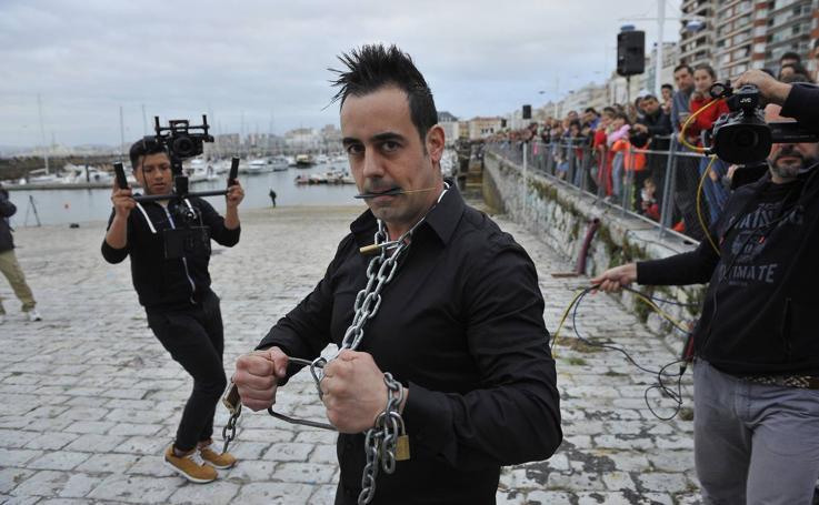 El ilusionista Raúl Alegría escapa de una mina marina