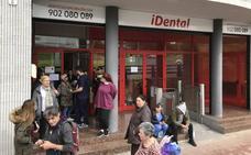 La clínica iDental, desahuciada por impago, deja a cientos de pacientes sin tratamiento bucal en Cantabria