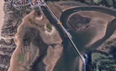 Una furgoneta roja se da a la fuga tras atropellar a un ciclista en el puente de Somo