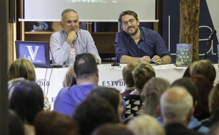 Maxim Huerta presentó ayer su séptima novela en la librería Estvdio