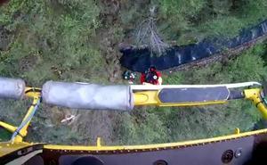El helicóptero del Gobierno de Cantabria rescata a dos senderistas vascos perdidos en Urdón