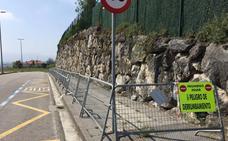 Una acera lleva cinco meses cerrada al tránsito en Peñacastillo por peligro de derrumbamiento