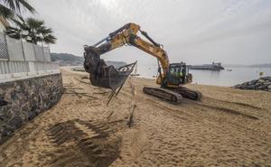 Costas inicia la retirada de la valla y abre al público la playa de La Magdalena