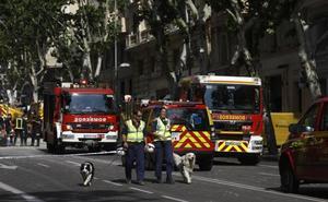 Los bomberos buscan con cámaras a los obreros atrapados en Madrid