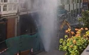 El 'géiser' de Peña Herbosa dejó sin agua a una treintena de portales durante cuatro horas