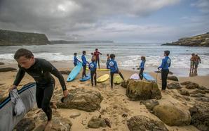 Suances publica las bases de adjudicación de las escuelas de surf