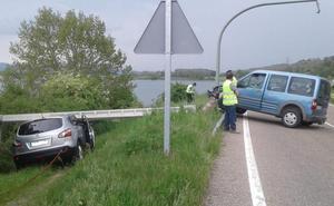 Una conductora choca contra un poste de la luz, que cae sobre un coche radar de la DGT