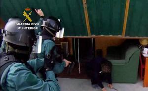 Tres detenidos por cultivar y traficar con marihuana, amparados por una asociación de cannabis de Revilla de Camargo