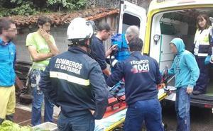 Evacuada una escaladora con traumatismo de coxis y pierna tras una caída en una pared de La Hermida