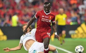 El tridente veloz compensa el desequilibrio defensivo pese a Van Dijk