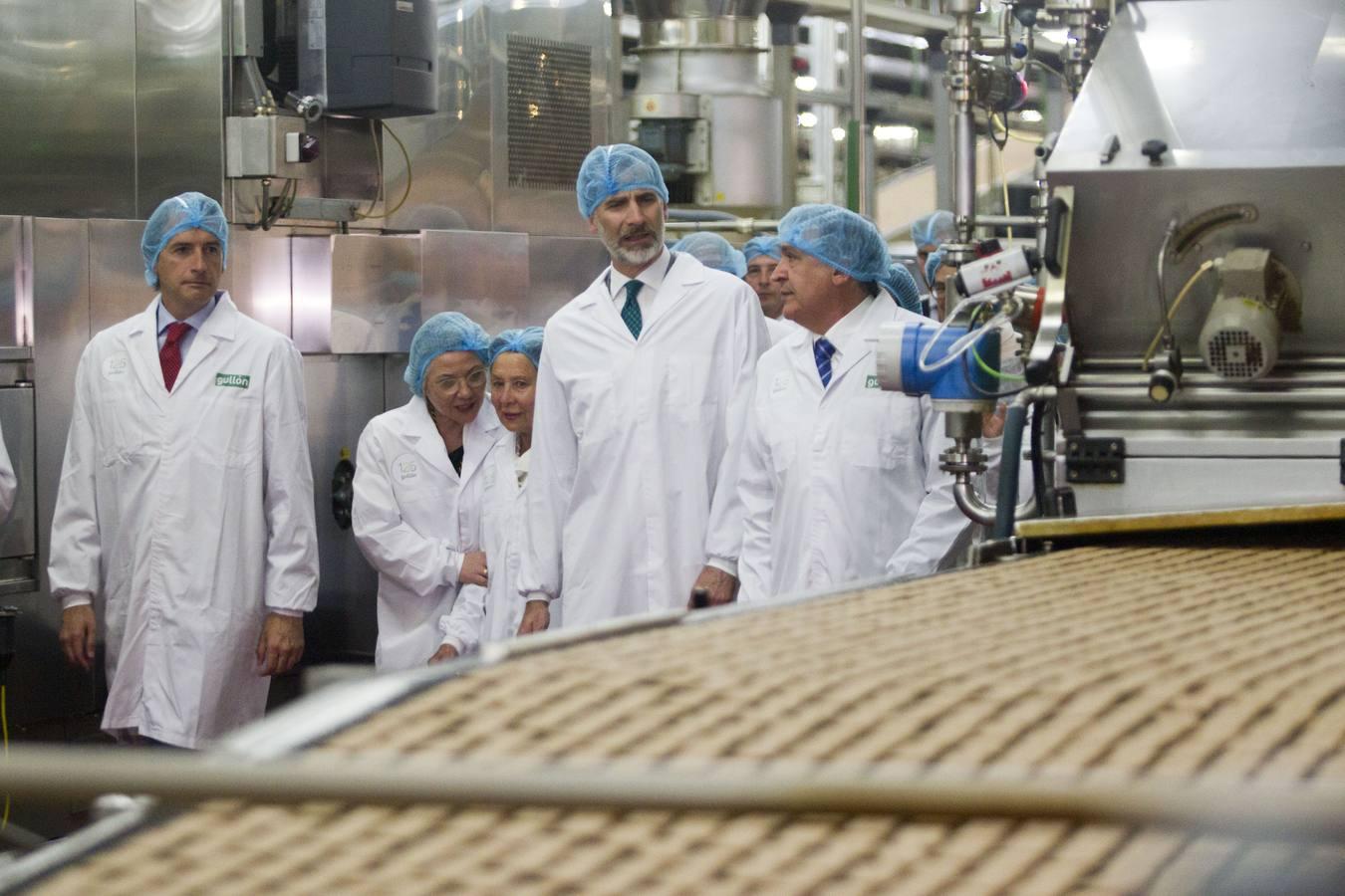Felipe VI visita la fábrica de Galletas Gullón en Aguilar de Campoo