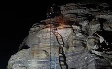Los bomberos rescatan a una persona que no podía bajar del 'niño Neptuno' en El Camello