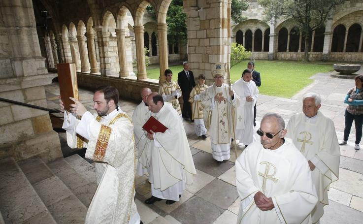 El obispo de Santander preside la misa del Corpus