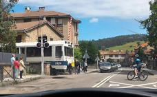 Un tren cruza un paso a nivel de Cabezón con las barreras levantadas