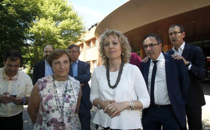 La vicepresidenta, Eva Díaz Tezanos, y la consejera de Sanidad, María Luisa Real, presentan el proyecto del edificio de consultas externas del Hospital Sierrallana