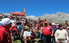 Cientos de personas asisten en Áliva a la fiesta de la Virgen de la Salud