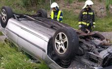 Dos heridos al volcar su coche en Hazas de Cesto