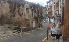 Cortada una calle de San Vicente de la Barquera por un edificio en ruinas