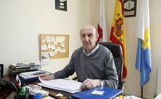 El alcalde de San Felices logra parar con la Guardia Civil una corta de árboles en suelo considerado público