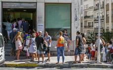 La oficina de la OCA de Castro se colapsa en su primer día de atención a los vecinos