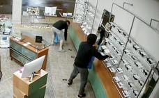 Detenidos dos hombres de Vizcaya que robaron 99 gafas en Los Corrales de Buelna