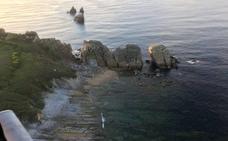 Rescatado un hombre que se precipitó por los acantilados de la playa de Cerrias