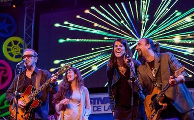 Nacho García Vega y el público desafían a la lluvia en el concierto de Nacha Pop