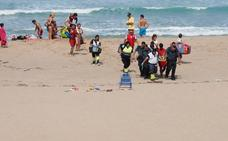 El mar da un susto a una familia en la playa de Usgo