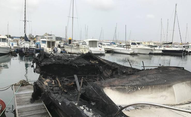 Barcos quemados en Marina del Cantábrico