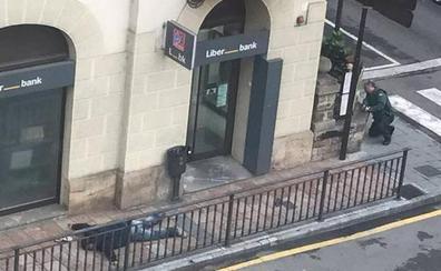 Un atracador muerto y otro detenido en el asalto a un banco en Cangas de Onís