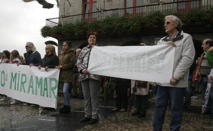 Concentración contra el derribo del hotel Miramar de Castro Urdiales