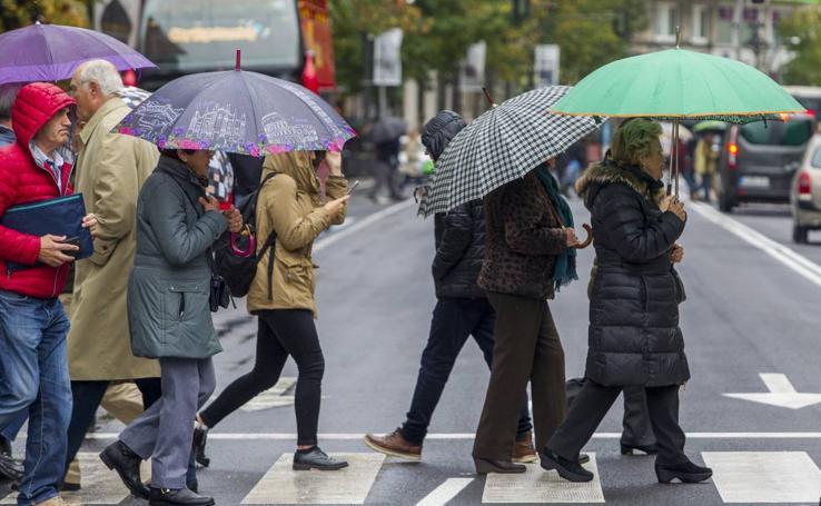 Llueve sin parar en Santander y los paraguas toman las calles
