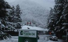La nieve obliga a usar cadenas para llegar a Alto Campoo y Palombera