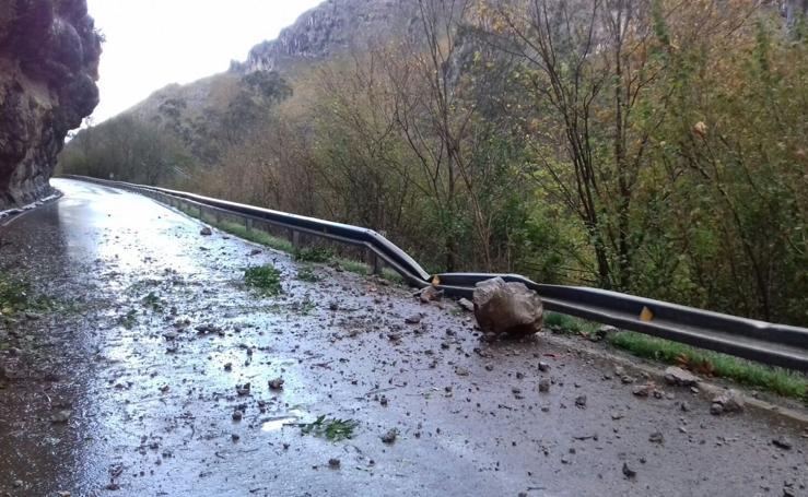 Un desprendimiento de rocas corta la carretera en Mirones y Rubalcaba