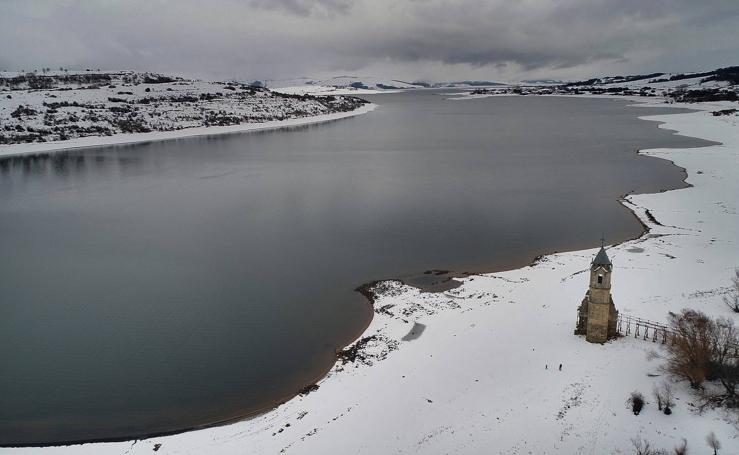 La nieve pinta de blanco el pantano del Ebro