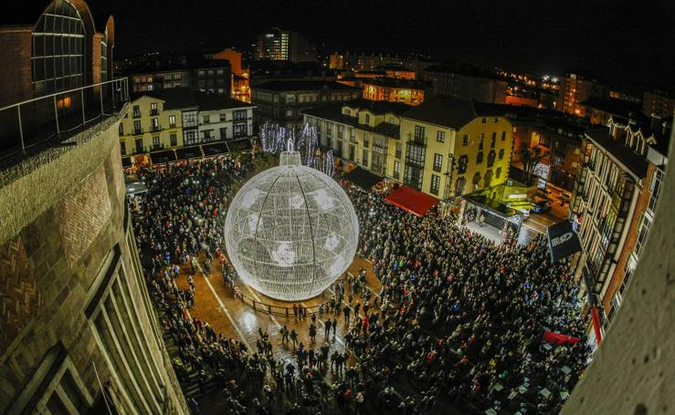 La bola ya ilumina Torrelavega