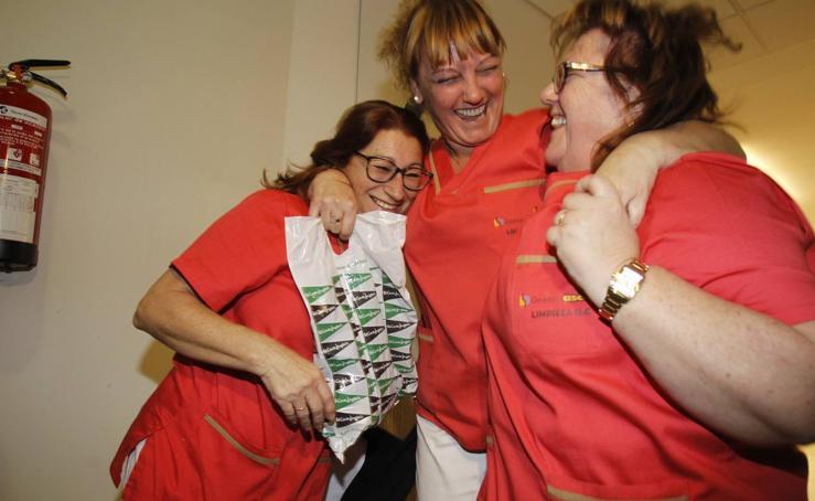 Emoción desbordante entre las limpiadoras de la Facultad de Caminos, agraciadas con el segundo premio