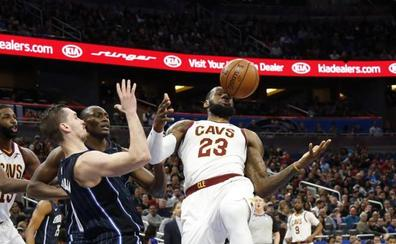 LeBron James se acerca al triple-doble en el triunfo sobre los Magic