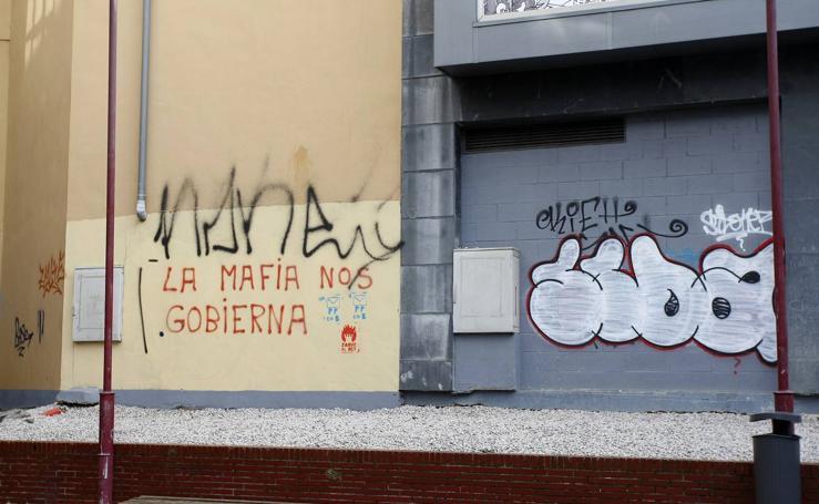 Pintadas y grafitis en las calles de Torrelavega