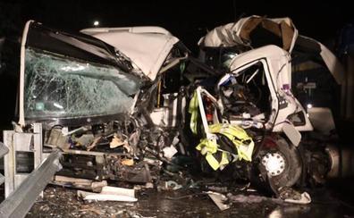 Dos muertos en un brutal choque entre un autobús y un camión en Vizcaya