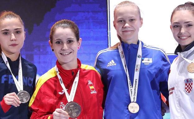Nadia Gómez, con la medalla de oro en el Europeo de Sochi, junto al resto de karatekas que se subieron al podio (la ganadora de la plata y las dos medallistas de bronce, como es habitual en el kárate).