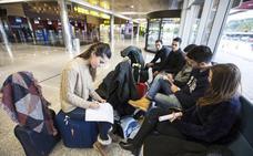 Un rayo deja veinte horas «tirados» en el Seve Ballesteros a los pasajeros del vuelo a Edimburgo