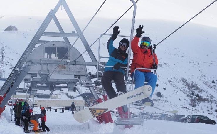 Los aficionados a la nieve disfrutan de Alto Campoo