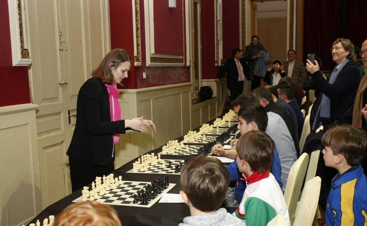 Las campeonas del Mundo de ajedrez, las hermanas Muzychuk, contra 70 jugadores cántabros