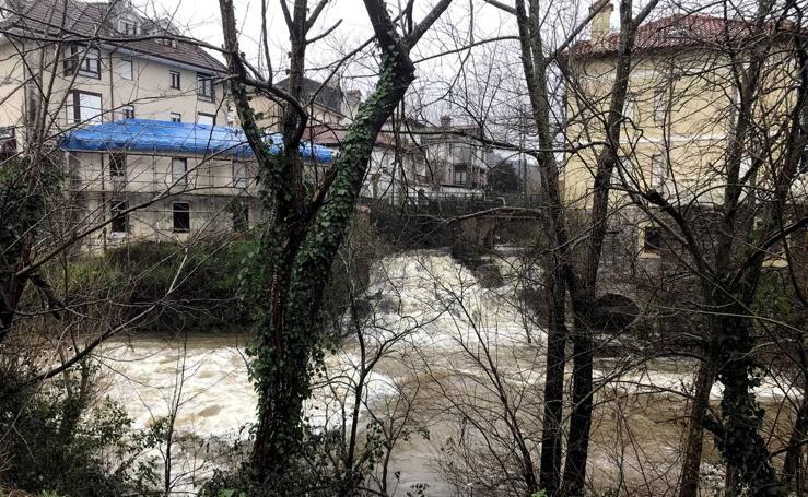 El río Miera sigue en valores normales, a pesar de la fuerza que ha tomado su caudal