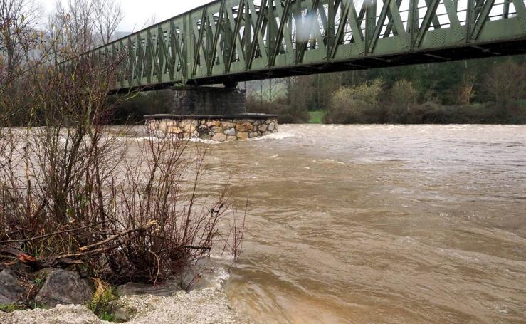 La crecida del río Pas sobrepasa el umbral de 'seguimiento'